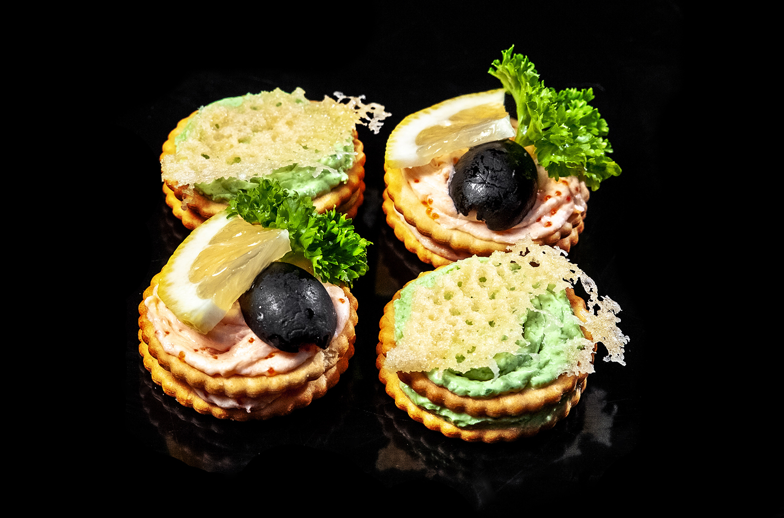 Крекер со сливочным сыром, шпинатом и пармезаном