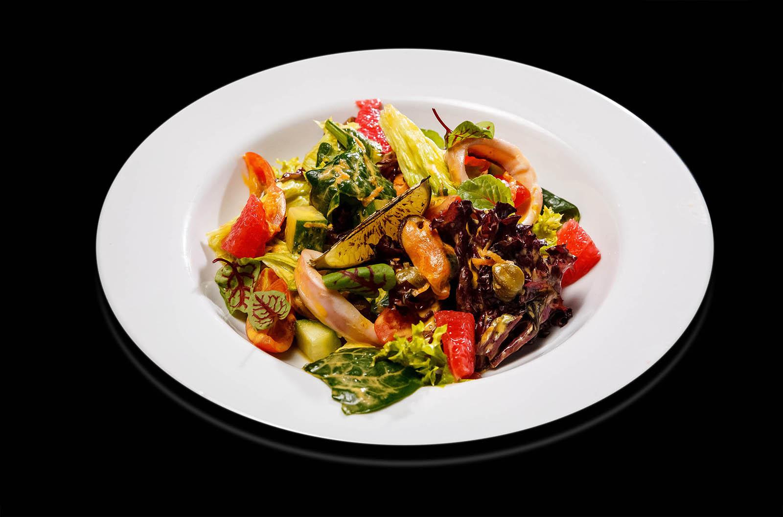 Салат с кальмаром и мидиями